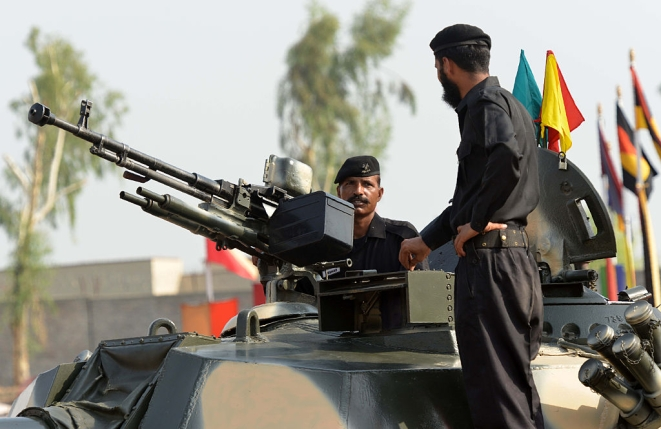 Pakistani army soldiers adjust a tank (A MAJEED/AFP/Getty Images)