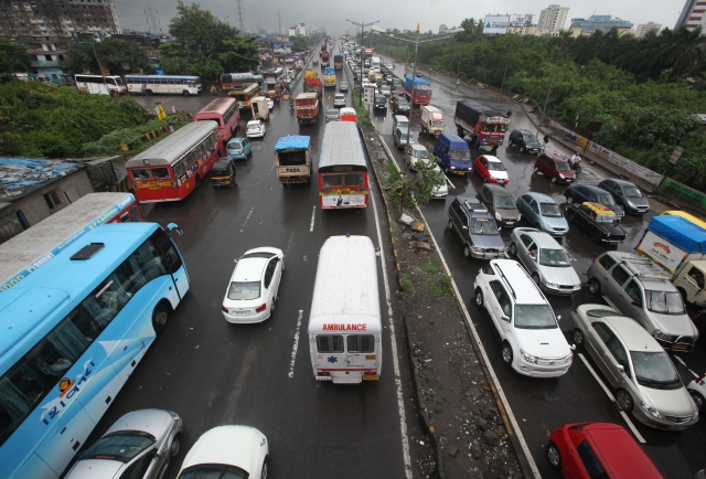 Traffic in Mumbai (Vijayanand Gupta/Hindustan Times via GettyImages)