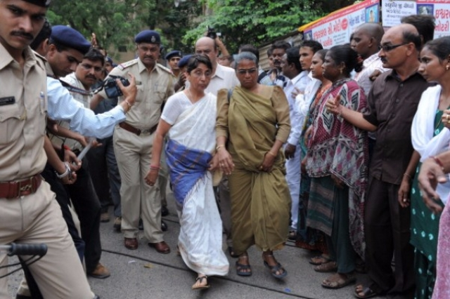 Former minister in the Narendra Modi state government, Maya Kodnani, escorted by police on arrival at a special court in Ahmedabad, 2012. (SAM PANTHAKY/AFP/Getty Images)